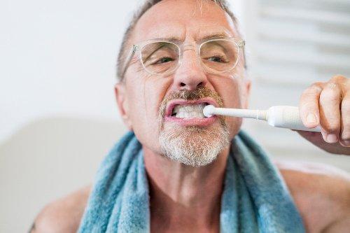 Zähneputzen kann laut Studie vor Alzheimer schützen – FITBOOK