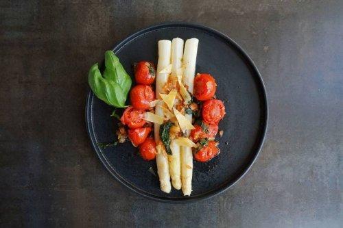 Mediterranes Rezept für Spargel mit geschmorten Tomaten und Basilikum - FIT FOR FUN
