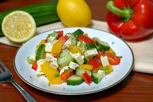 Sommerlicher Gurken-Paprikasalat mit Feta