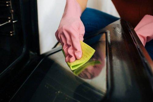 Mit diesem Hausmittel entfernst du angebrannte Stellen im Backofen ganz leicht - FIT FOR FUN