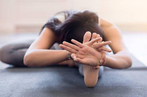 Yoga gegen Rückenschmerzen: Die 5 besten Übungen für zu Hause - FIT FOR FUN
