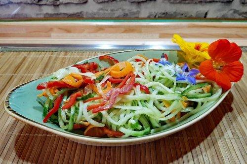 Sommerlicher Gurkenspaghetti-Salat mit Himbeerdressing Rezept - FIT FOR FUN