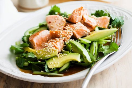 Lachs auf Teriyaki-Gurken-Avocado-Salat Rezept - FIT FOR FUN