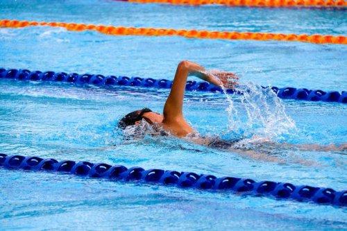 Weg mit dem Speck: 7 Tipps, wie du mit Schwimmen Bauchfett verlierst