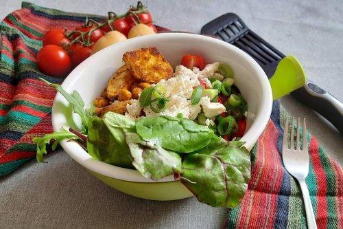 Gesunde Kartoffel-Bowl mit Kichererbsen und Feta