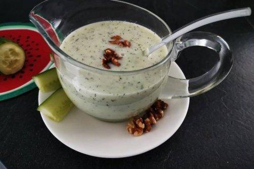 Kalte Gurkensuppe mit Joghurt verfeinert
