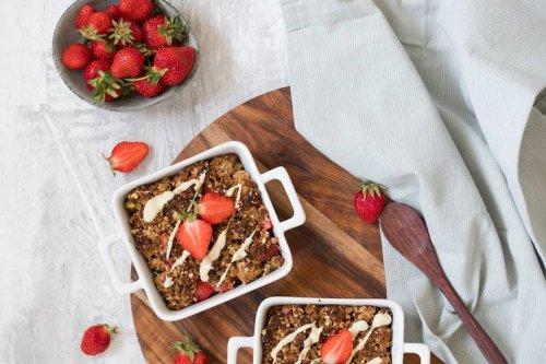 Rhabarber-Erdbeer-Crumble mit Haferflocken Rezept - FIT FOR FUN