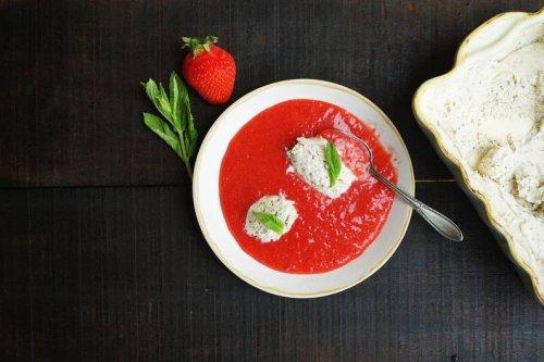 Sommerliches Rezept: Pürierte Erdbeeren mit Mascarpone-Minz-Eis - FIT FOR FUN