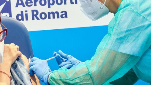 COVID-19: Cases fall in the Netherlands and UK, while Italy and Romania push vaccines
