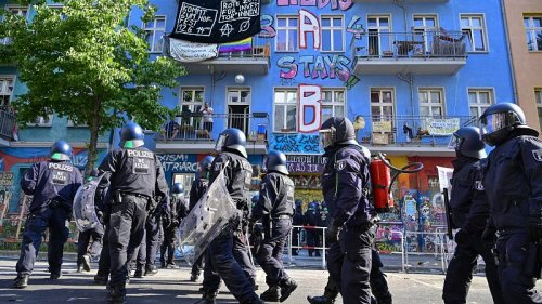 Police attempt to enter Berlin's last hold-out squat