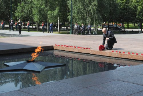 Putin hails WWII heroes, warns of degrading Europe security