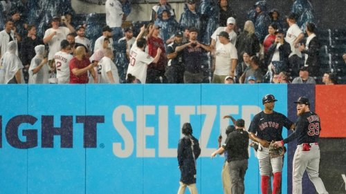 Moronic baseball fans taunt player, butt doesn't get the payback he deserves