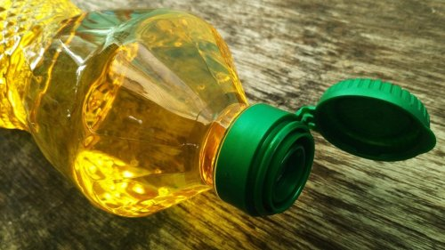 Why You Need to Keep an Empty Vegetable Oil Bottle Under Your Sink at All Times