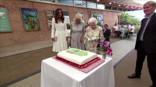 Queen insists on using a sword to cut a cake at G7 event