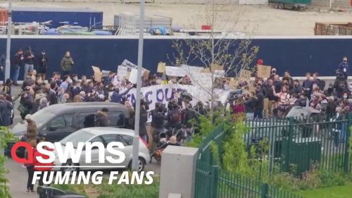 Angry Tottenham fans protest against club's ownership in the wake of European Super League disaster (RAW)