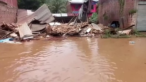 Bolivians scramble to save belongings from floods