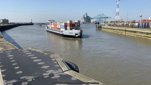 Suez Canal blockage 'could cause months of disruption' at European ports