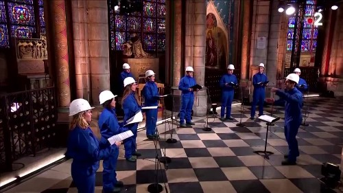 Notre-Dame hosts Christmas choir in hard hats