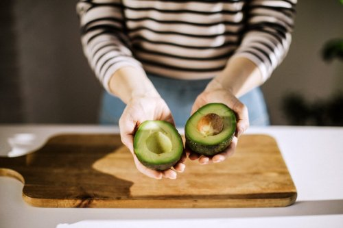 How to keep avocados from Going Brown using an onion