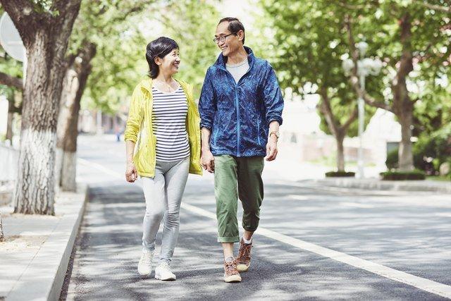 This Beginner Walking Program Builds Cardio and Strength in 4 Weeks