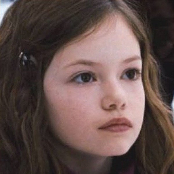 Renesmee From Twilight Is Nearly 20 Now And Straight Up Gorgeous