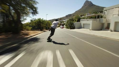 Crazy skater risks life in downhill run amid traffic