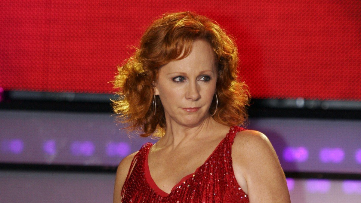 Reba McEntire Called Out For Excess Plastic Surgery By Boyfriend Rex Linn?