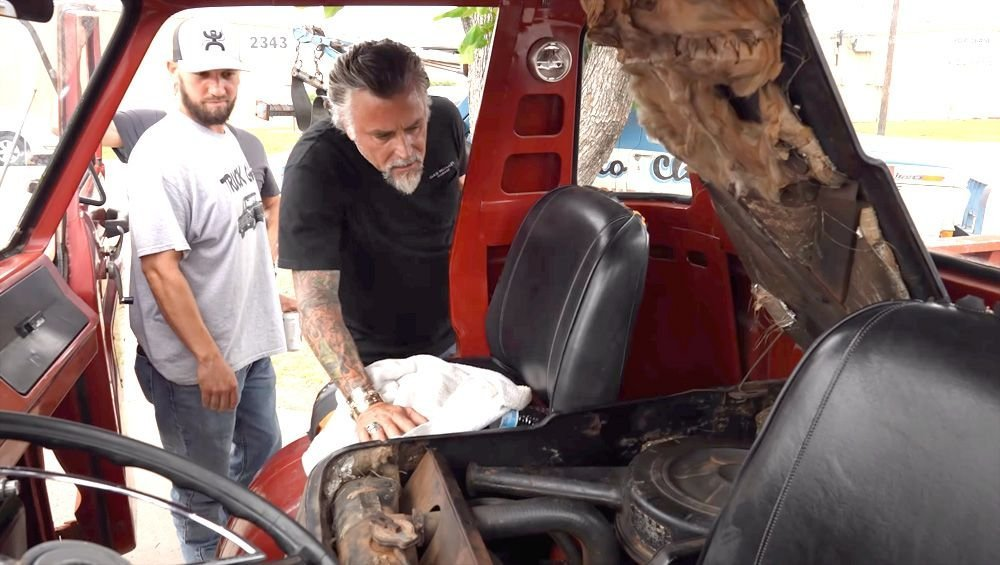 Richard Rawlings Offers To Buy This Dodge Vehicle In The Middle Of The Street