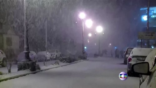 """""""I'd never seen snow"""": Brazilians revel in icy snap"""