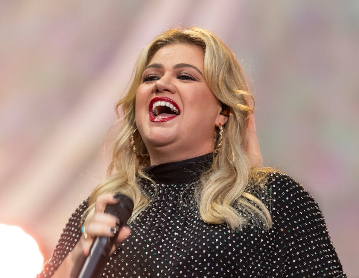 Report: Kelly Clarkson's Friends Want Her To Go To A 'Fat Farm'