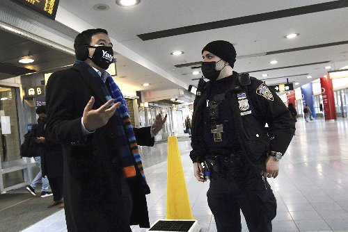 Andrew Yang helps photographer facing attack on ferry