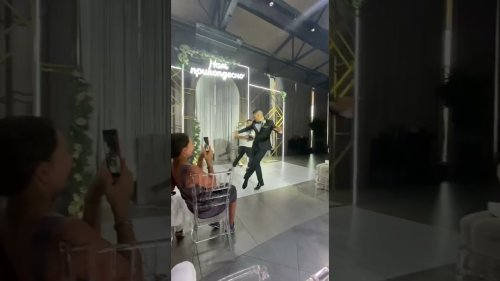 Ιngenious Groom Dances his Way to the Altar