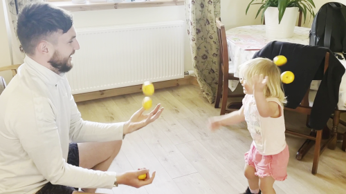 '2-Year-Old Shows How to Become a Pro Juggler on Day 1'