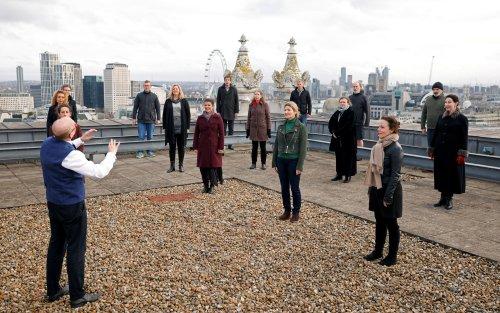 في أول عرض منذ عام.. جوقة أوبرا لندن تقدم عرضا من على سطح دار الأوبرا الملكية