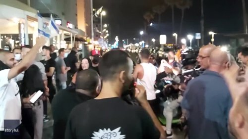 Pro-Israel Crowd Surrounds Reporter at Looted Restaurant Near Tel Aviv