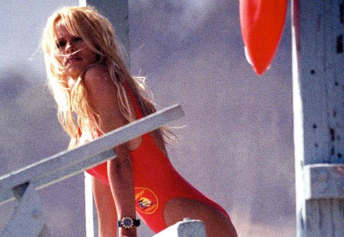 Lily James looks just like Pamela Anderson in new behind-the-scenes beach photos