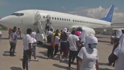 Haitians migrants try to storm US deportation plane
