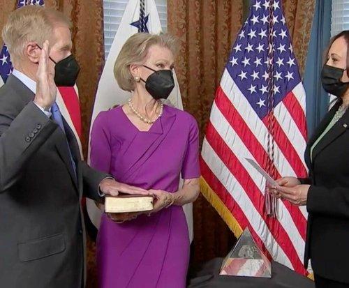 Former U.S. Sen. Bill Nelson of Florida sworn in as head of NASA