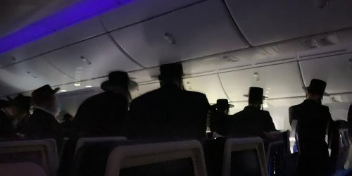 Zwischenfall über den Wolken: Auf Transatlantikflug blockieren Passagiere plötzlich Gänge und beginnen zu beten