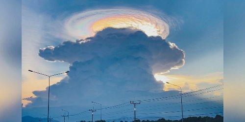 """Leuchtendes """"UFO"""" am Himmel: Bezauberndes Wetterphänomen: Autofahrerin filmt Regenbogenwolke"""
