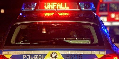 Moped kracht gegen Arbeitsmaschine: 17-Jährige stirbt