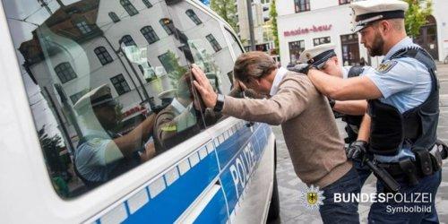 Bundespolizeidirektion München: Bundespolizeidirektion München: Politisch motivierte Straftaten rechts: Bundes - und Landespolizei ermitteln in zwei Fällen