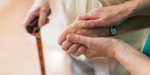 Hilfe für Angehörige: Was tun, wenn Demenzkranke plötzlich weglaufen?