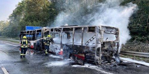 Feuerwehr Neuss: FW-NE: Brannte Gelenkbus auf A46 | Keine Verletzten aber hoher Sachschaden