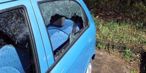 Kreispolizeibehörde Olpe: POL-OE: Pkw-Scheibe eingeschlagen - Hinweise erbeten