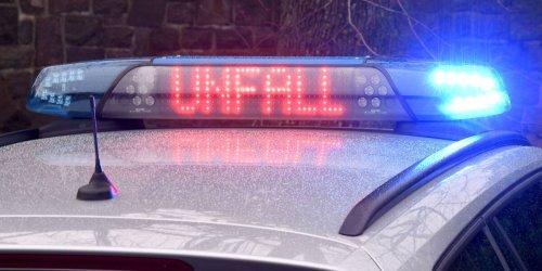 Autofahrerin fährt auf B30 rückwärts: Sieben Verletzte