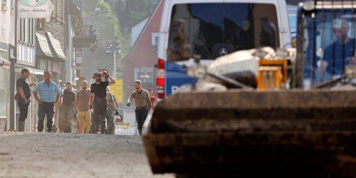 """""""Man warnt lieber mal"""" : Plünderungen, Autoklau, falsche Helfer? Polizei kämpft mit Desinformation in Flutregion"""