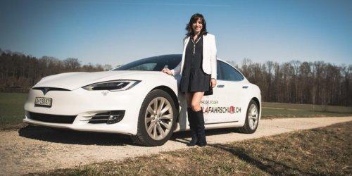 Führerschein auf einem Tesla Model S: Die Tesla-Fahrlehrerin: Mit 565 PS und viel Luxus zum Führerschein