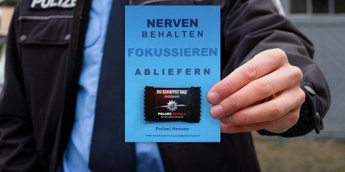 Polizeipräsidium Mittelhessen - Pressestelle Gießen: POL-GI: Alles Gute für die Abiprüfungen! Nachwuchsgewinnung der Polizei Mittelhessen liefert Traubenzucker und Mottokarten
