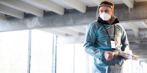 News zur Corona-Pandemie im Ticker : RKI meldet 293 Neuinfektionen weniger als vor einer Woche - auch Zahl der Todesfälle sinkt